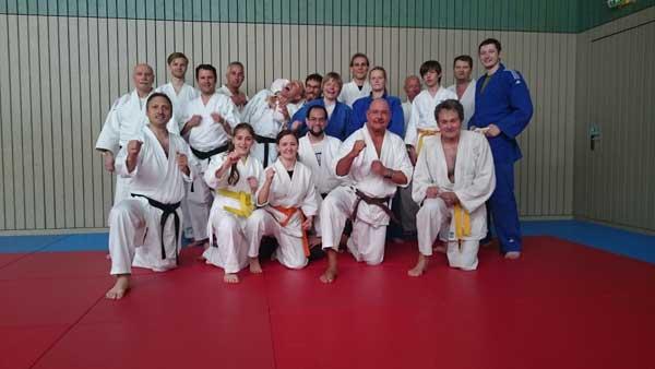 Bildunterschrift: Gemischtes Training, Gemischte Gruppe. Die Teilnehmer des Karate/Judo Samstags.