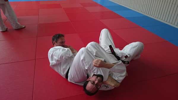 Körperbeherrschung am Trainingspartners, Serdal wendet eine Hebeltechnik des Bodenkampfes an.