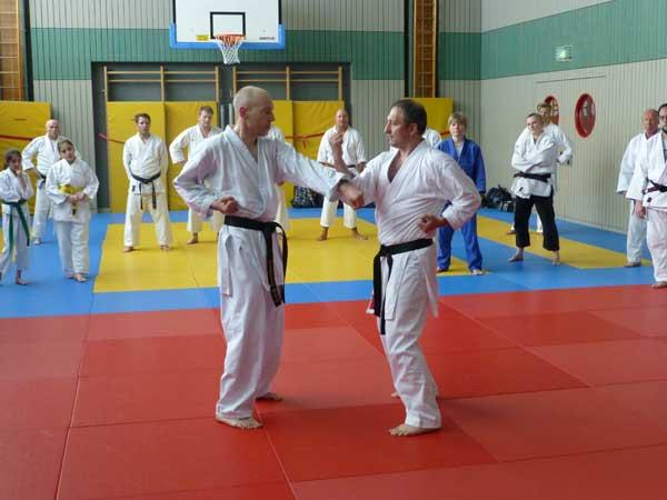 Jede Kata im Karate beginnt mit einer Blocktechnik, deshalb legt Serdal diesmal den Fokus auf die Abwehrtechniken