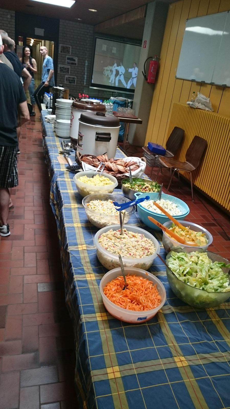 Gruppenbild Salate (nicht im Bild, Kartoffel, Tomaten, griechischer und Schichtsalat)